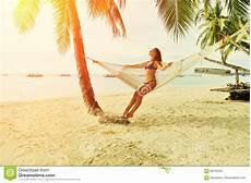 donne sulla spiaggia donna in hammock sulla spiaggia immagine stock immagine