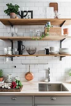 cucine con mensole cucina pi 249 ed organizzata con le mensole per ogni