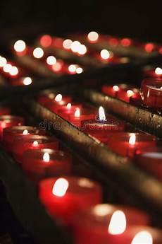 candele chiesa candele illuminate ad un altare della chiesa immagine