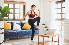 wanita melakukan olahraga di rumah tanpa alat ini 8 jenis olahraga yang cepat menurunkan