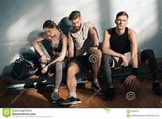 uomini sportivi uomini e donna sportivi sorridenti che si siedono sul