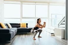 wanita melakukan olahraga di rumah olahraga di rumah 20 menit gerakan lengkap hingga