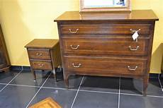 comodini in legno massello 242 e comodini con gambe a sciabola in legno di noce