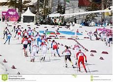 uomini sportivi sportivi durante l inizio di massa della corsa cestre
