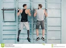 uomini sportivi uomini sportivi che si esercitano sull attrezzatura di