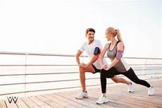 wanita melakukan olahraga di rumah 5 jenis olahraga hemat bagi pecinta gaya hidup sehat
