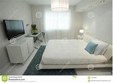 tele per da letto da letto con una televisione di hd fotografie stock