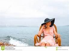 donne sulla spiaggia donna che riposa sulla spiaggia immagine stock immagine