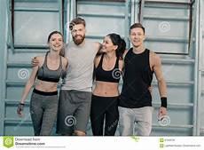uomini sportivi uomini e donne sportivi in palestra fotografia stock