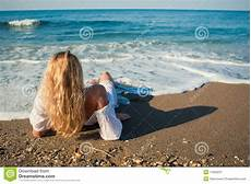 frauen am strand lying on the and see to the stock image