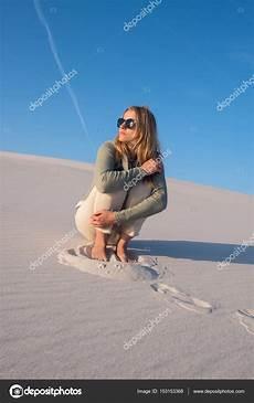 frauen am strand romantische junge frau blondine sitzt alleine am strand