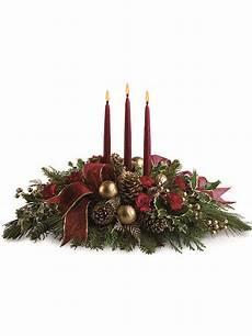 candele rosse centrotavola natalizio con tre candele rosse e pigne a