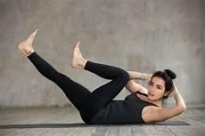 wanita melakukan olahraga di rumah senam mengecilkan perut yang bisa anda coba di rumah