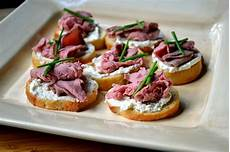 hardly roast beef and garlic herb cheese crostini