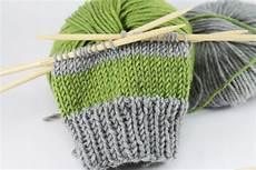 einfache armstulpen stricken gestreift schoenstricken de