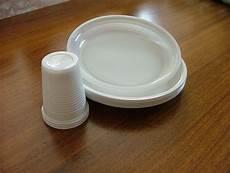 piatti e bicchieri di plastica per feste piatti e bicchieri di plastica monouso diventano