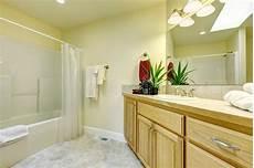 armadietti legno grande stanza da bagno semplice con gli armadietti di