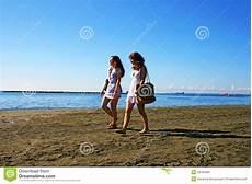 donne sulla spiaggia donne sulla spiaggia fotografia stock immagine di vita