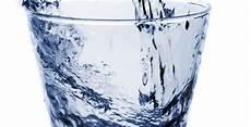 quanti bicchieri d acqua al giorno otto bicchieri d acqua al giorno bufale un tanto al chilo