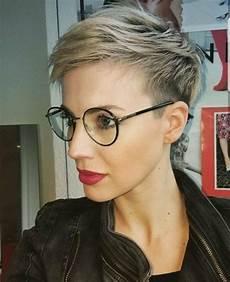 kurzhaarfrisuren damen blond mit brille blond pixie mit brille brille frisur frisuren kurze
