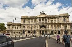 corte suprema italia corte suprema di cassazione carros na ponte imagem de