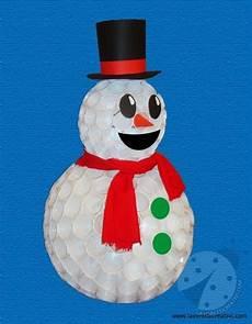 pupazzo di neve con bicchieri di plastica come realizzare un pupazzo di neve con i bicchieri di