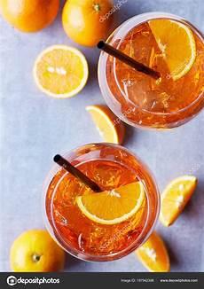 bicchieri per spritz due bicchieri aperol spritz con fette arancia