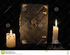 candele e magia natura morta mistica con il libro di magia nera e due