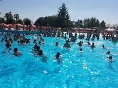 le cupole piscina piscina con le onde foto di cupole lido