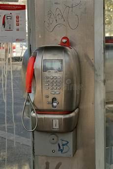 una cabina telefonica telefono a gettone telecom italia in una cabina telefonica