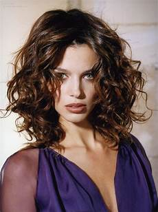 frisuren frauen locken halblang hairstyle with large untamed curls and a zigzag partition