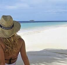 frauen am strand inselstaat malediven a wie ankommen bis z wie