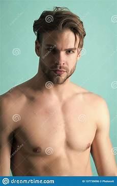 uomini sportivi uomo barbuto con il petto di misura con il torso