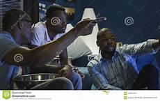 uomini che fanno sport uomini di colore che guardano gli sport e che fanno le