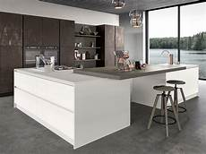 cucina con cucina ad isola con anta in vetro arredamento mobili