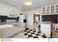 pavimenti a scacchiera cucina con il pavimento della scacchiera fotografia stock