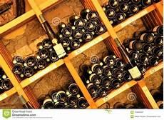 scaffali per bottiglie bottiglie di sugli scaffali di legno fotografia