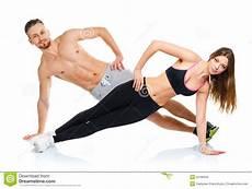 hommes faisant du sport couples attrayants de sport homme et femme faisant des