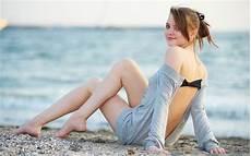 gadis dengan kaus kaki panjang wallpaper wanita model rambut panjang mata hijau
