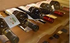 scaffali per bottiglie tra scaffali e bottiglie sottocoperta net