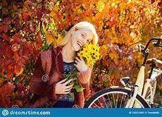 mulher estilo outono mulher do outono fora retrato da forma do estilo de vida