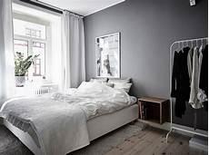 pareti grigie da letto foto da letto con parete grigio scuro di rossella