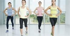 wanita melakukan senam di rumah gerakan senam aerobik dasar untuk menurunkan berat badan
