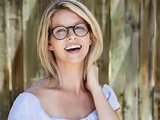 frisuren damen mittellang brille frisuren mit brille bob pony oder dutt nivea