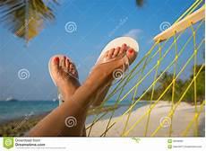 donne sulla spiaggia piedi della donna in amaca sulla spiaggia fotografia stock