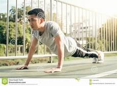 uomini che fanno sport gli uomini di sport di forma fisica adattano gli abiti