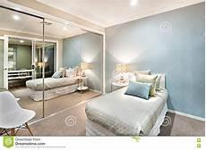 piccola da letto piccola da letto con i cuscini su un letto singolo