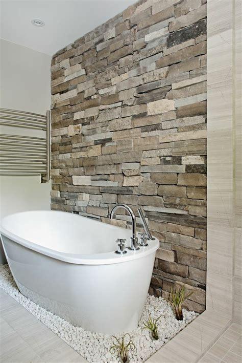 outdoor badezimmer naturstein wandverkleidung im modernen badezimmer
