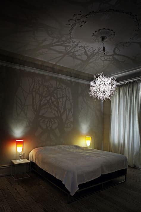 kronleuchter nachttischle ein atemberaubender moderner kronleuchter mit spiegelung