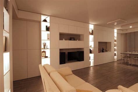 salotto con libreria soggiorno moderno arredato con pareti attrezzate sartoriali